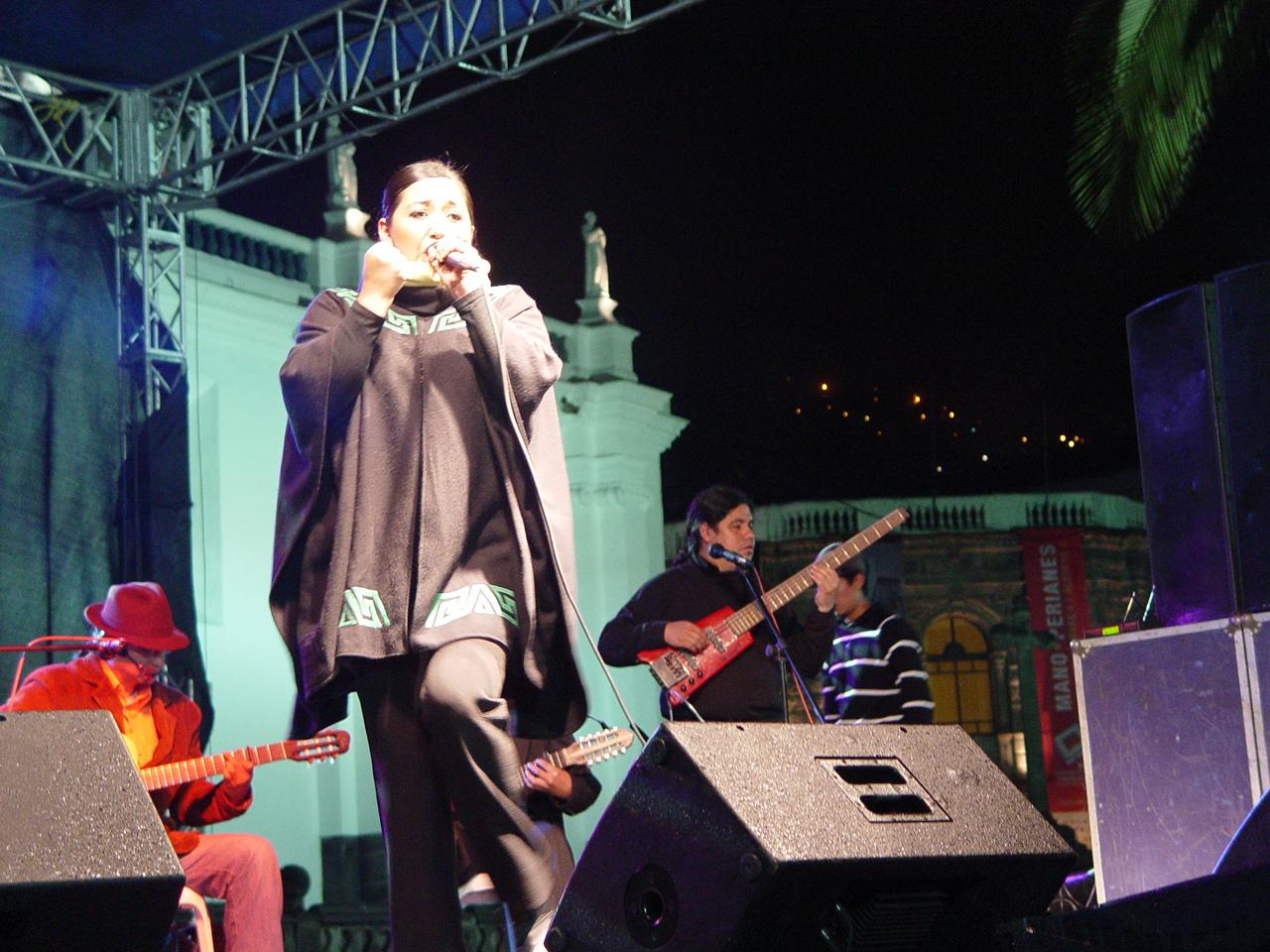 20100923231450-cantante-paulina-moreno-en-la-plaza-grande.jpg