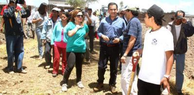 20120910224406-alcalde-barrera-con-los-mingueros.jpg